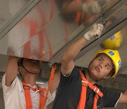 该升降机由行走机构,液压机构,电动控制机构,支撑机构等4部分组成